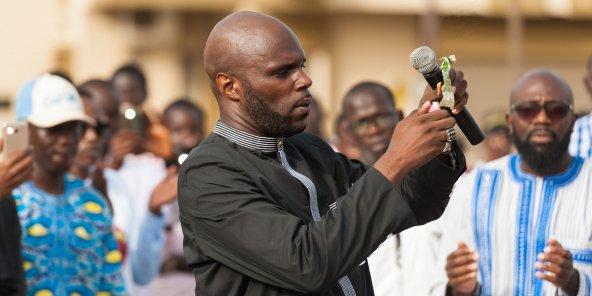 Kemi Seba lors d'un rassemblement, le 19 août à Dakar. © Clément Tardif pour J.A.