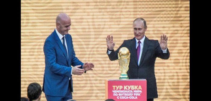 Mondial 2018: Vladimir Poutine lance officiellement, la tournée du trophée de la coupe du monde (vidéo)