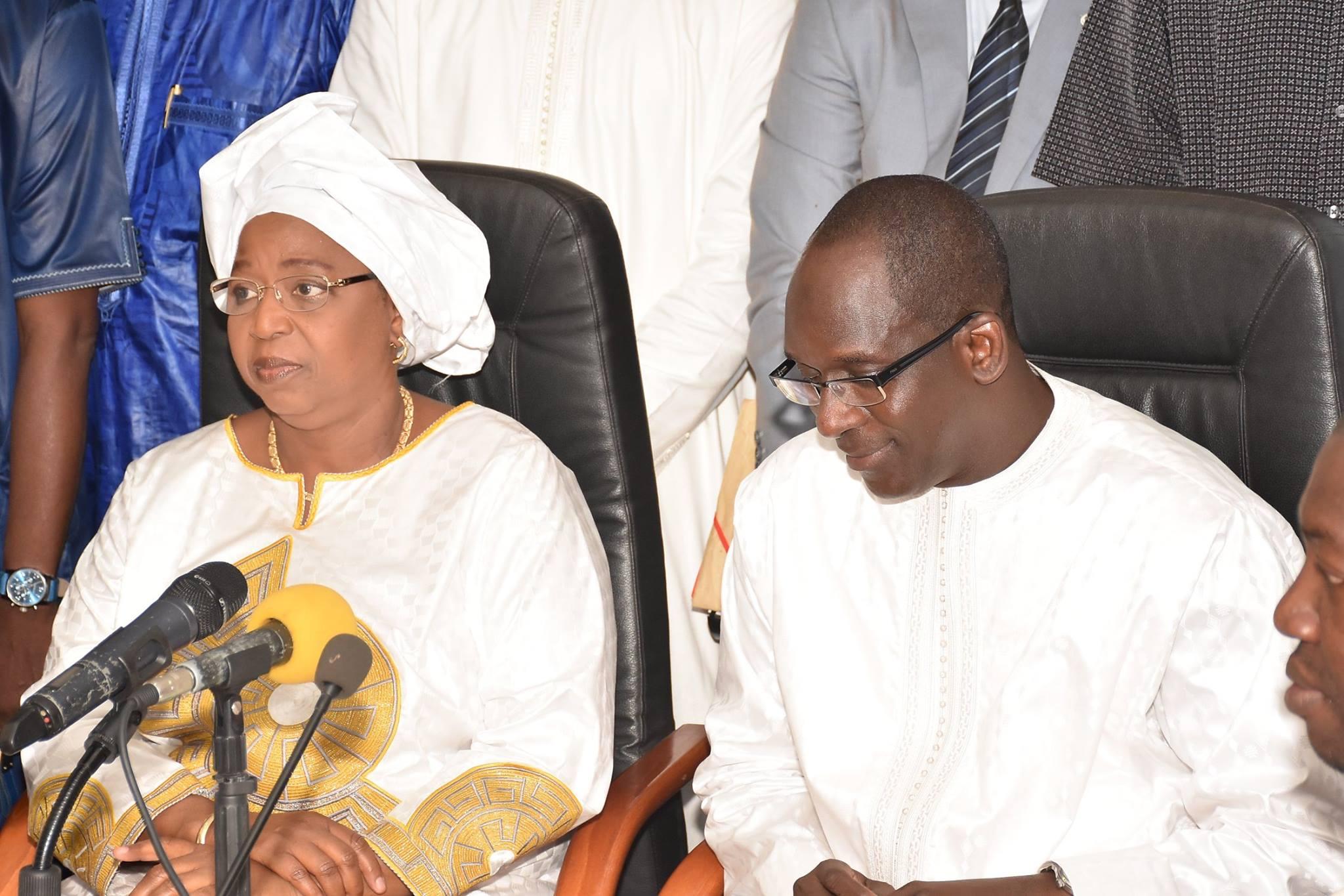 Images: La passation de service entre le ministre sortant Awa Marie Coll Seck et Abdoulaye Diouf Sarr, ministre entrant de la Santé