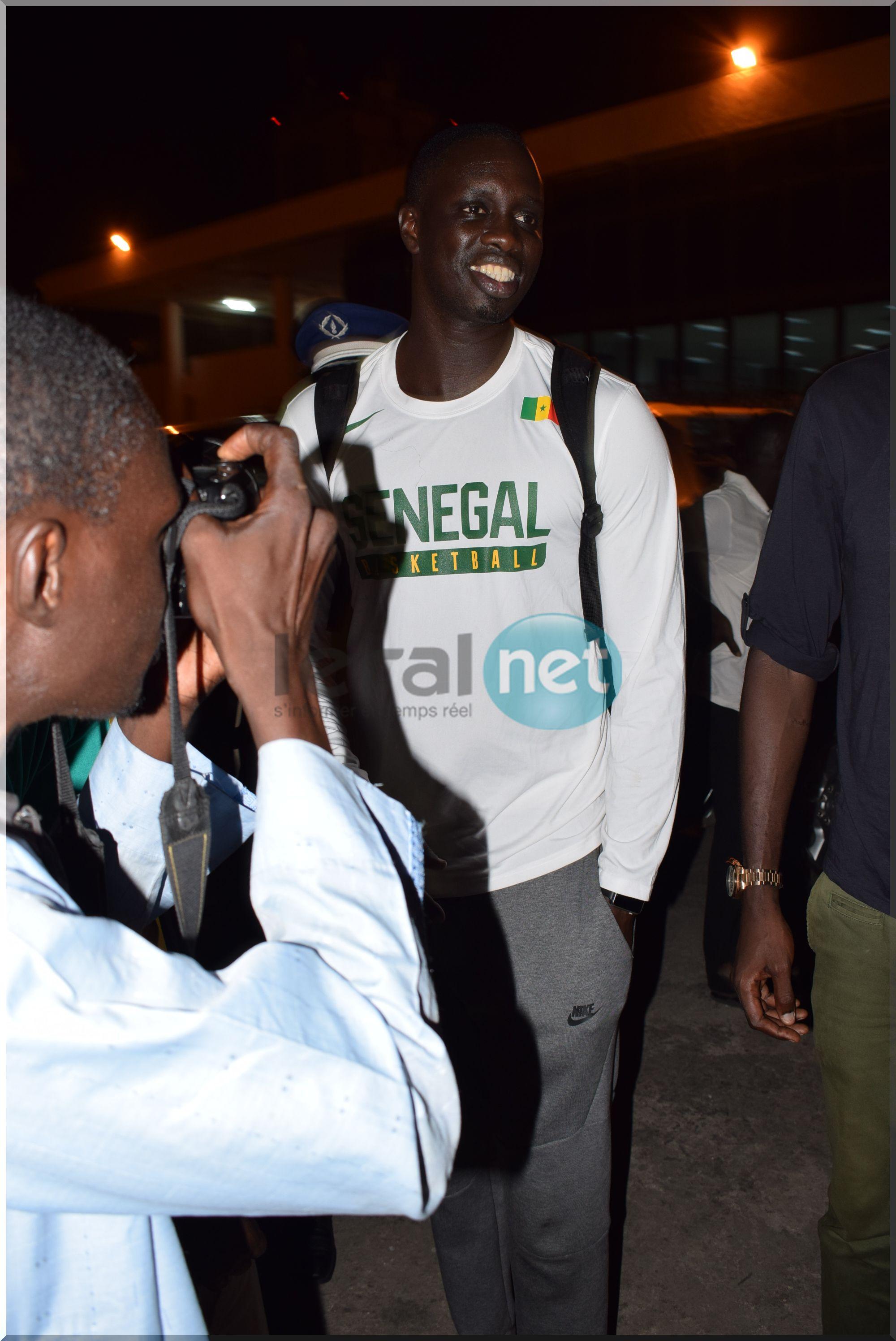 """Les """"Lions"""" du basket, accueillis comme des héros à l'aéroport Leopold Sedar Senghor (images)"""