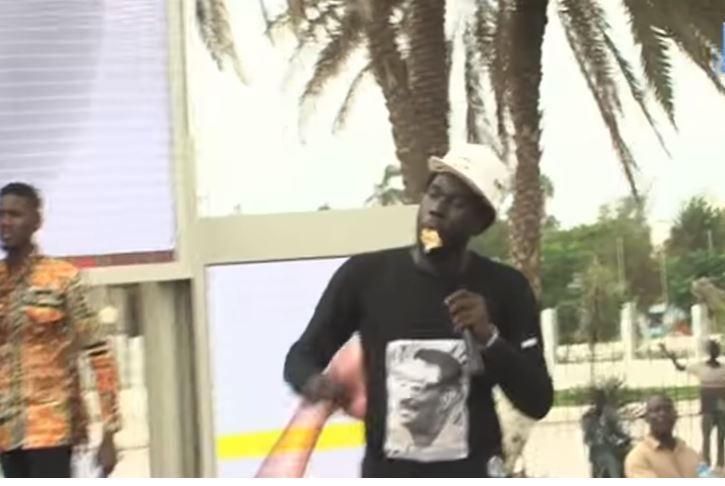Manifestation anti- Franc Cfa: Le rappeur Keman avale un billet de 500F Cfa (Vidéo)
