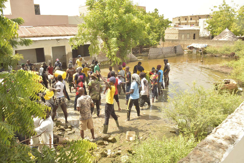 """Photos: """"L'armée"""" du Général Kara à Ndamatou, pour évacuer les eaux"""