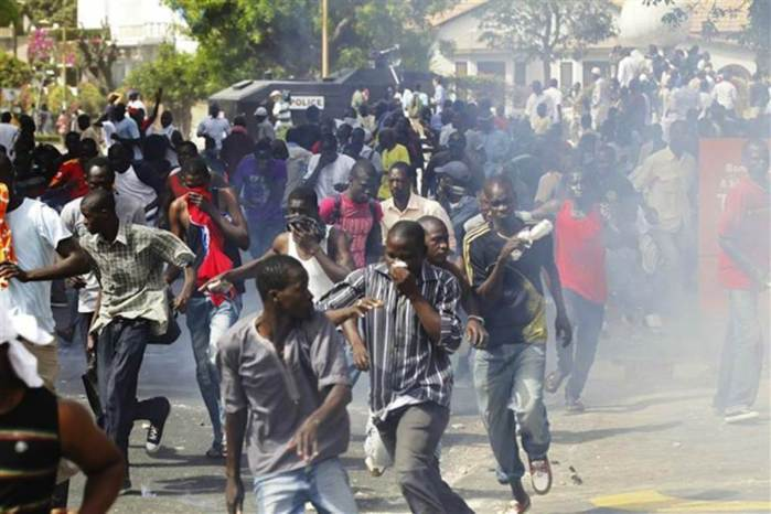Pluie de lacrymogènes dans l'enceinte de l'hôtel de ville de Dakar, lors de la rencontre des ''khalifistes''