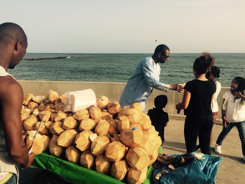 Photos : Youssou Ndour et ses enfants en train de boire du lait de coco non loin de l'embarcadère de Gorée