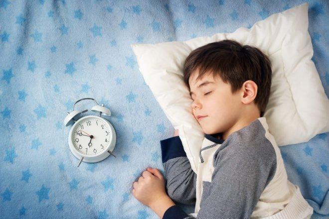 Illustration. Un enfant dormant. Shutterstock.com