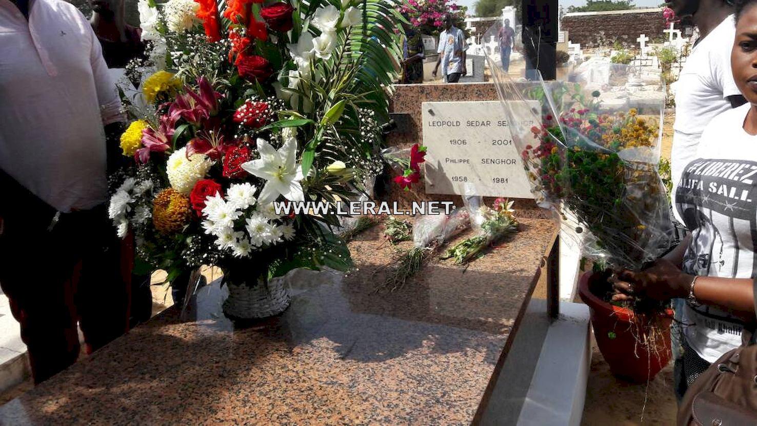"""(Photos) Les jeunes socialistes se recueillant sur la tombe de Senghor en ce jour de Toussaint avec leurs tee shirt """"Liberez khalifa""""."""