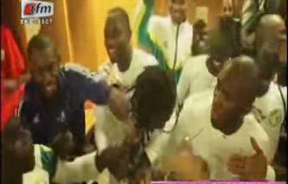 Vidéo-Ambiance dans les vestiaires: Quand Sadio Mané tente de couper les dreadlocks d'Aliou Cissé