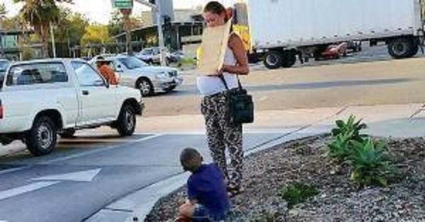 une femme enceinte fait la manche avec son fils avant de monter dans une mercedes flambant neuve. Black Bedroom Furniture Sets. Home Design Ideas