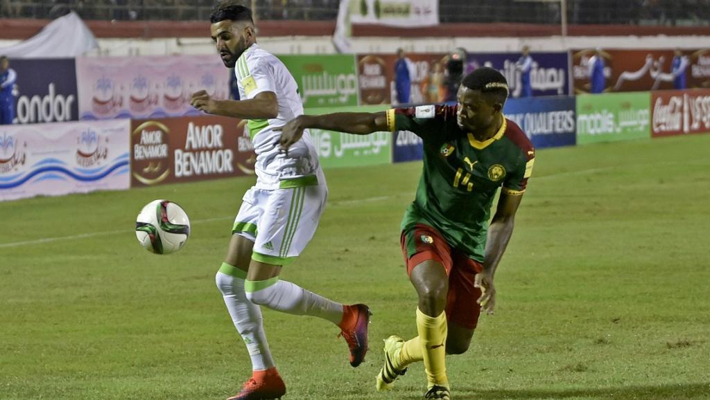 L'Algérien Riyad Mahrez (g) et le Camerounais Aurélien Chedjou lors d'un match qualificatif pour le Mondial 2018 à Blida en Algérie, le 9 octobre 2016.