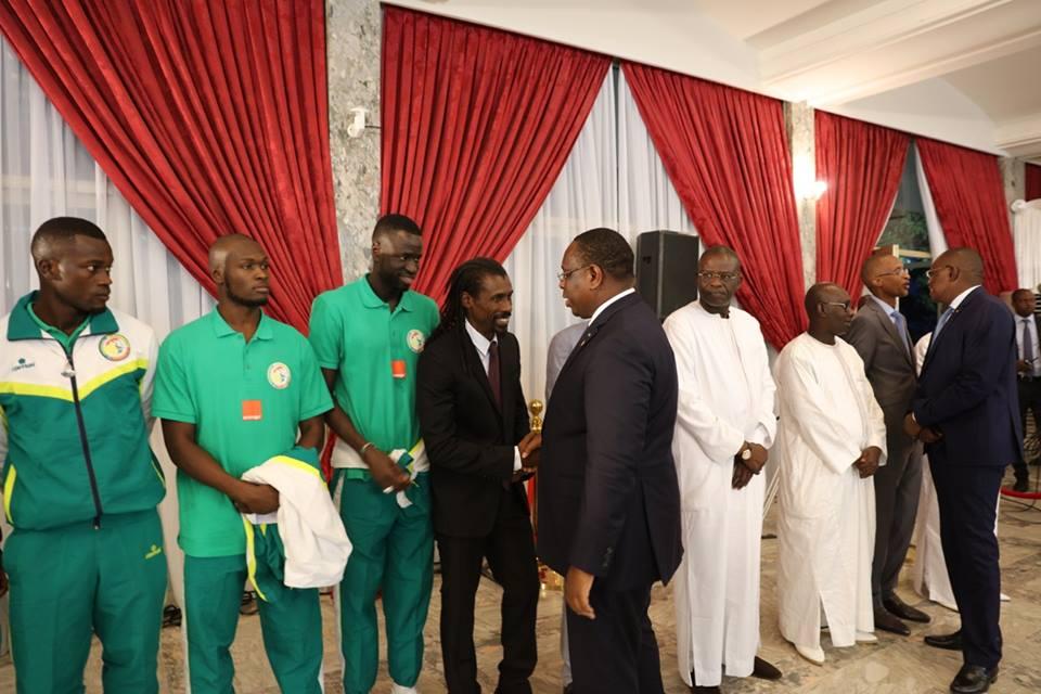 """Mondial 2018 : Macky Sall promet 20 millions CFA à chaque """"Lion"""" et les invite à faire mieux que leurs aînés de 2002"""
