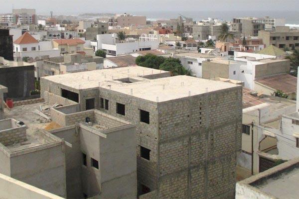 Sommé par le juge des référés de démolir un mur édifié anarchiquement : L'ancien médecin de Abdou Diouf refuse de s'exécuter et étouffe ses voisins