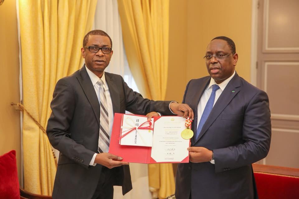 Youssou Nour présente au chef de l'Etat le trophée du prix « Praemium Imperial »