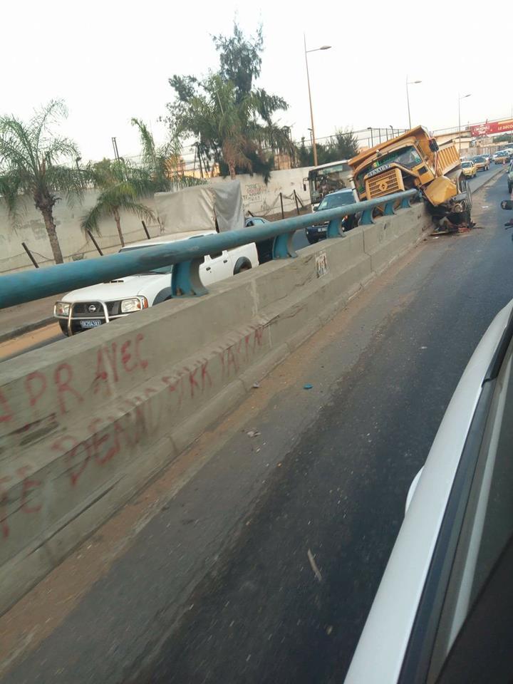 Arrêt sur image- Un camion fou s'encastre sur le pont Malick Sy