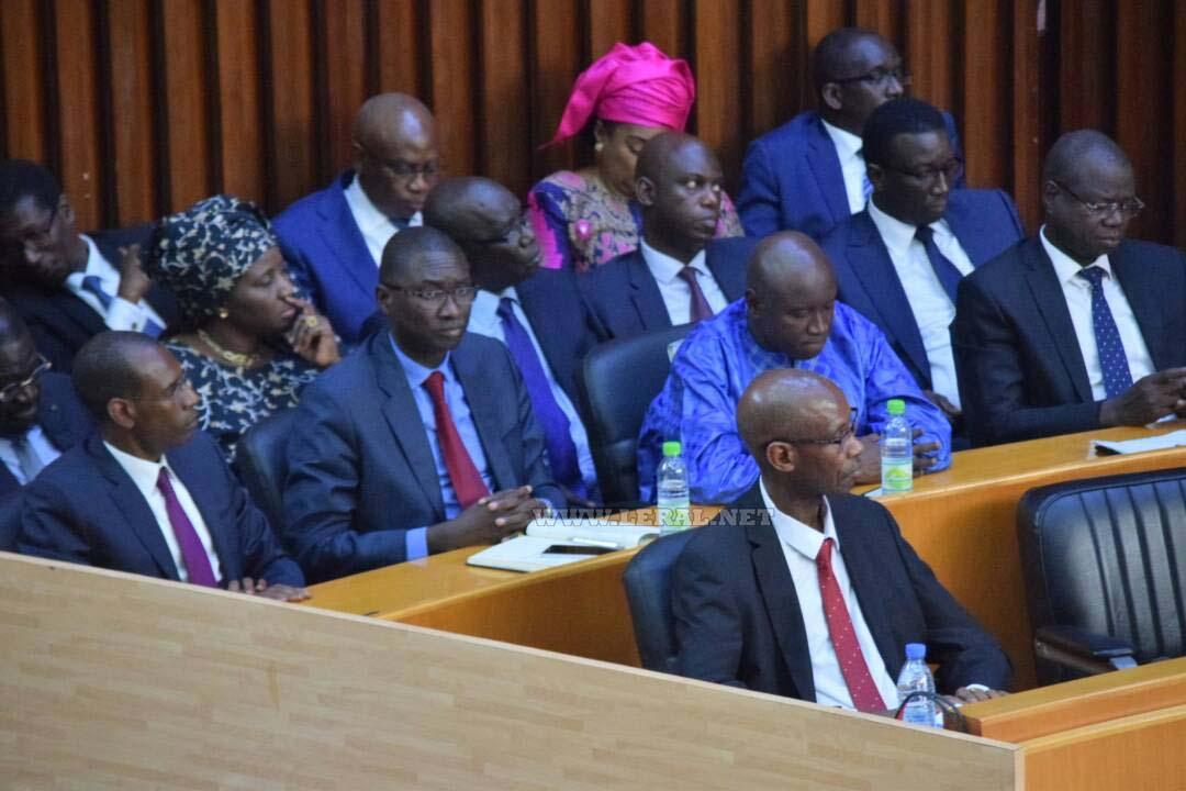 DPG : des ministres mangent en pleine séance