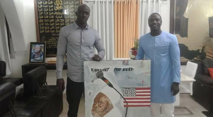 Arrêt sur image : Un tableau de Serigne Saliou offert à Akon . Regardez !
