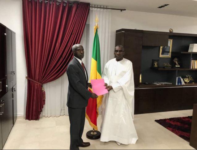 Me Sidiki Kaba remettant le Communiqué de condamnation des propos du Président Donald Trump à l'Ambassadeur des États Unis au Sénégal