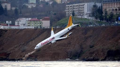 Images spectaculaires: Un Boeing rate son atterrissage et a failli tomber dans la mer