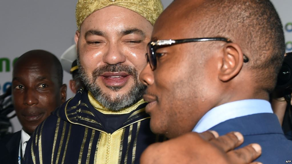 Le roi Mohammed VI et le Premier ministre Umaro Sissoco Embalo à Abidjan, le 29 novembre 2017.