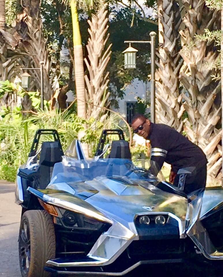 Photos : Youssou Ndour version pilote Formule 1, regardez