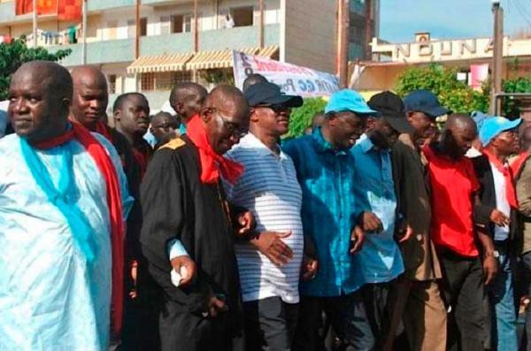 Wade et ses camarades organisent une manifestation de protestation en février
