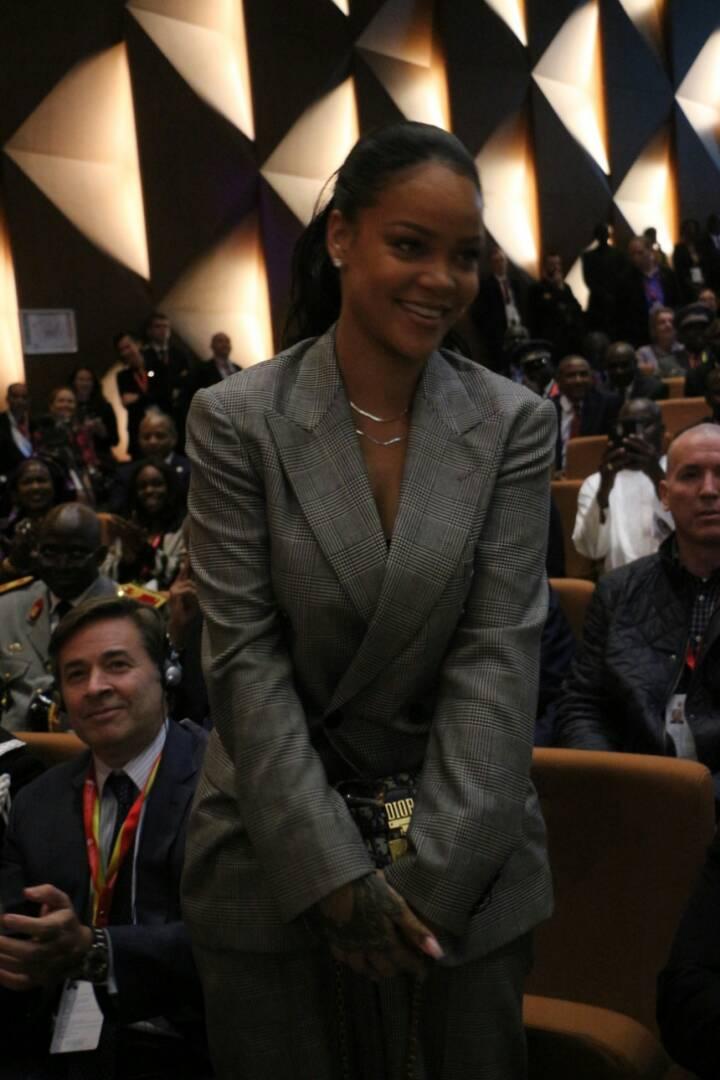 8 photos : Rihanna illumine Dakar par sa beauté glamour, regardez la star à Diamniadio
