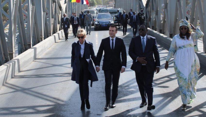 Photo : Macky Sall, Marième Faye, Brigitte et Emmanuel Macron font la balade sur le Pont Faidherbe