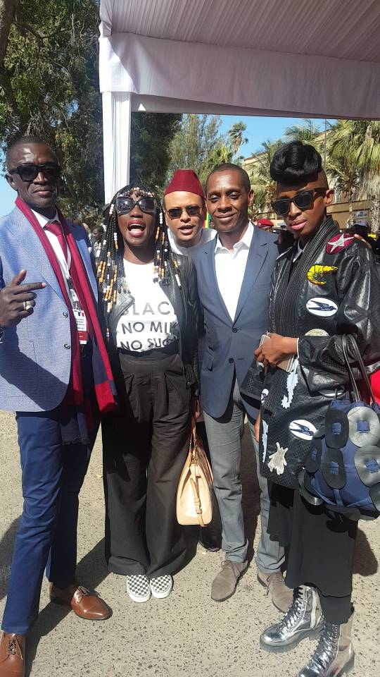 Le journaliste Johnson Mbengue pose avec Adama Paris, Claudy Siar et Selly Raby Kane...