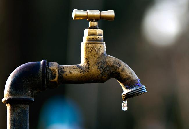 Les robinets crachent une eau noire et nauséabonde