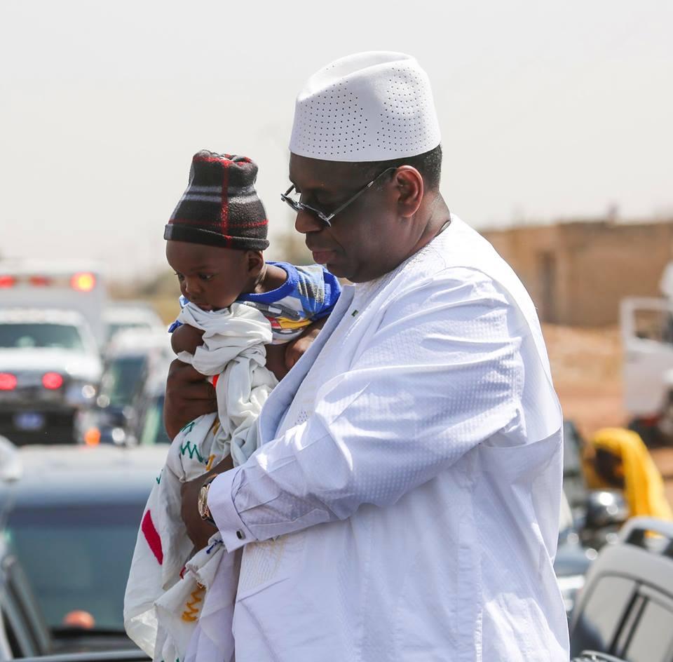 Le Président Macky SALL un bébé lors de la coupure du ruban de la route Keur Waly Ndiaye-Passy-Sokone qui a été réhabilitée sur une distance de 25,5km.