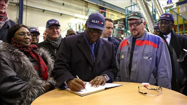 Paris, le 19 décembre 2016 - Le président de la République Macky Sall a visité des Usines Alstom. Cette entreprise française participe à la construction du Train express régional (TER) à Dakar. Le chef de l`État effectue une visite d`État de cinq jours en France..