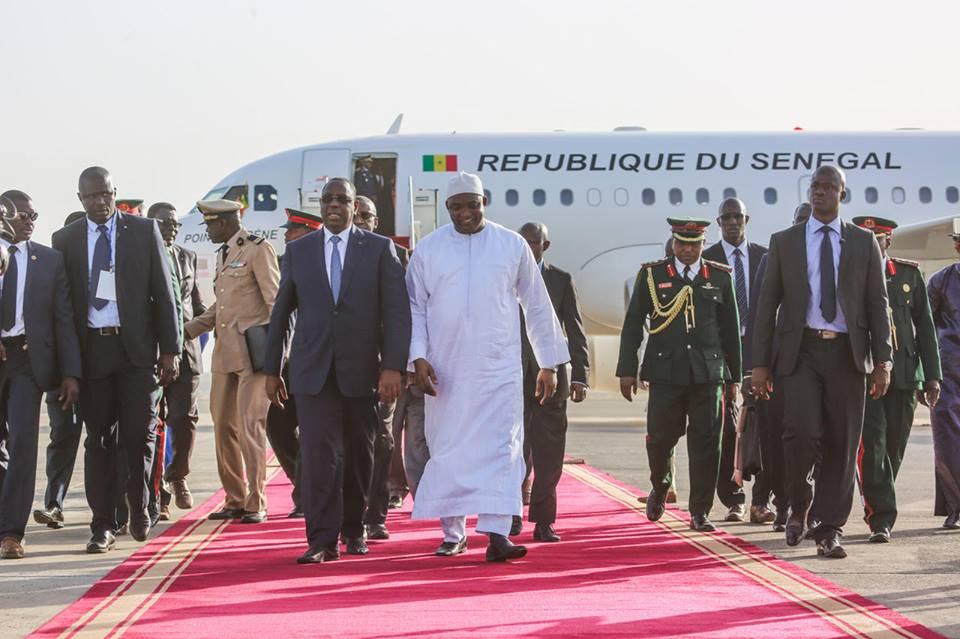 Macky Sall accueilli à l'aéroport de Banjul par Adama Barrow