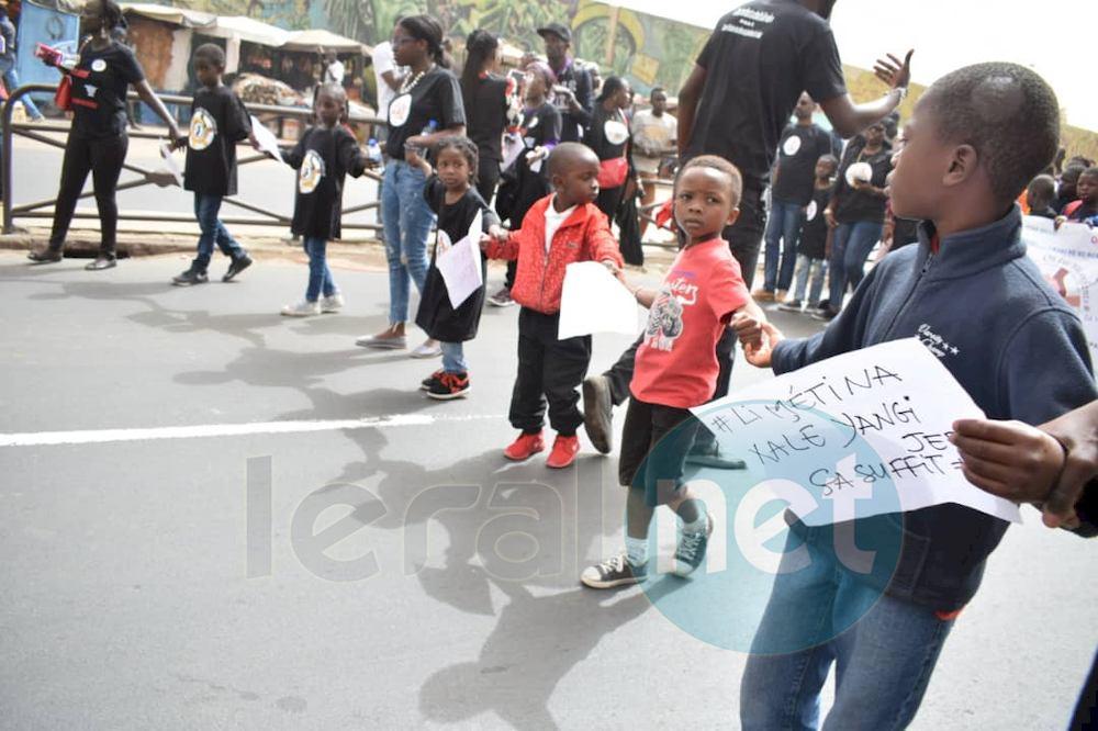 Les premières images de la marche contre les enlèvements d'enfants