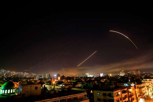 Des missiles traversent le ciel au-dessus de Damas, le 14 avril. Hassan Ammar / AP