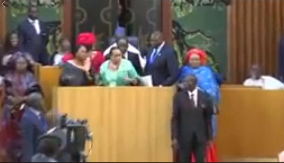 Vidéo - Bagarre entre députés évitée de justesse