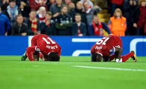 Mo Salah et Sadio Mané se prosternent à Anfield après le premier but de l'Egyptien, en demi-finale face à la Roma.