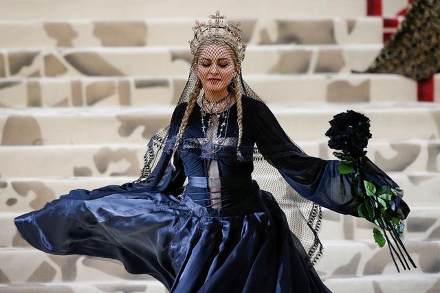 PHOTOS - Extravagantes ou subtiles, les stars mêlent mode et religion pour le gala du Met