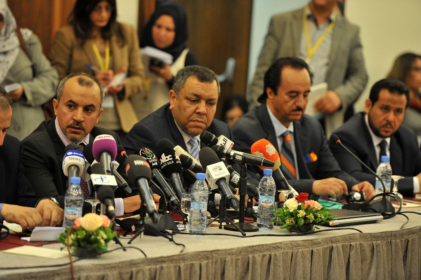 Les représentants libyens des parties en conflit lors de la réunion d'Alger
