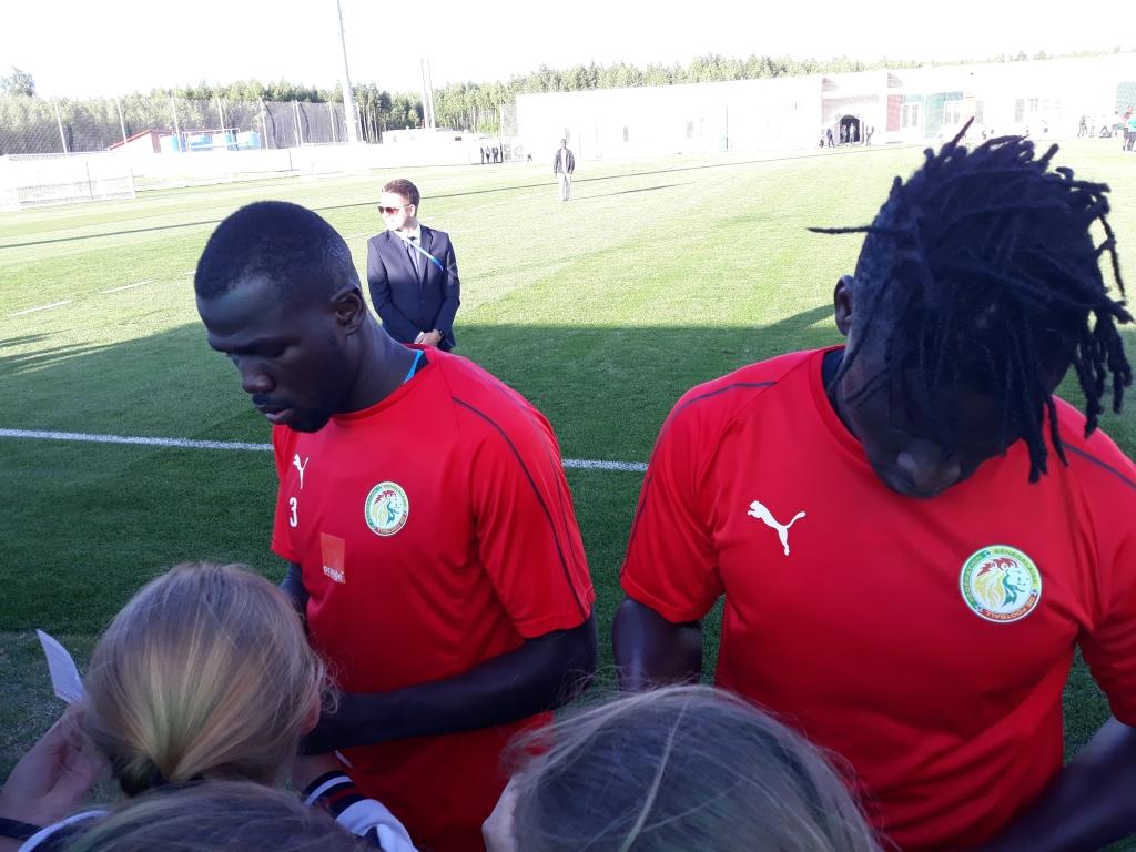 """Deuxième séance d'entraînement des """"Lions"""" à Kaluga : des centaines de jeunes au rendez-vous"""