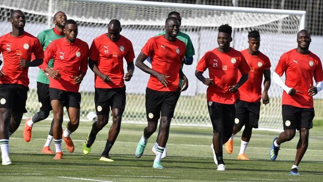Les Sénégalais à l'entraînement au Stade Spoutnik de Kalouga, le 20 juin 2018. ISSOUF SANOGO / AFP