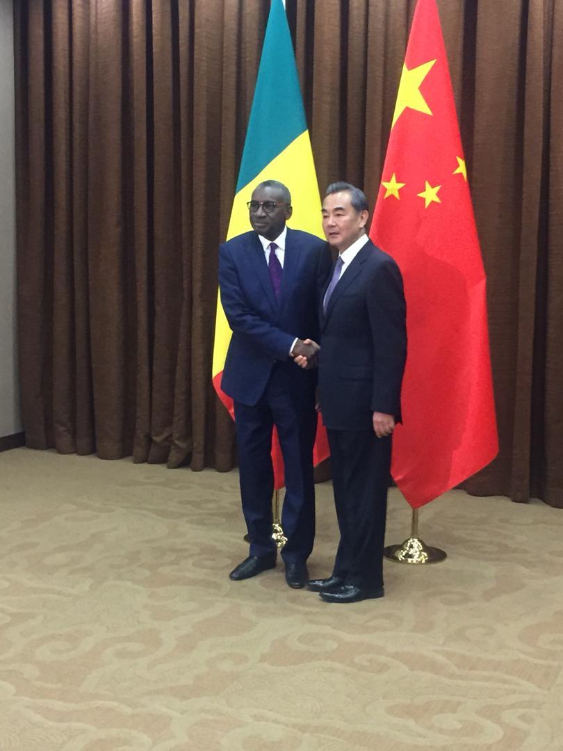 Le ministre des affaires étrangères et des sénégalais de l'extérieur Sidiki Kaba en compagnie de son homologue de la Chine Wang Yi