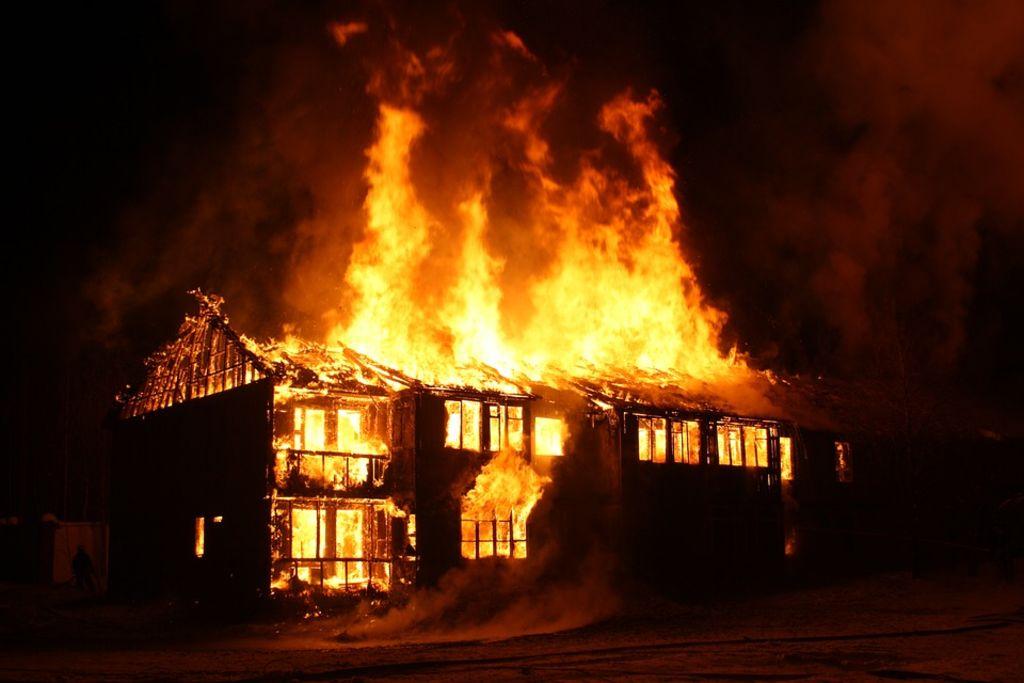 Fass Delorme : Une bougie déclenche un violent incendie et réduit en cendres deux baraques