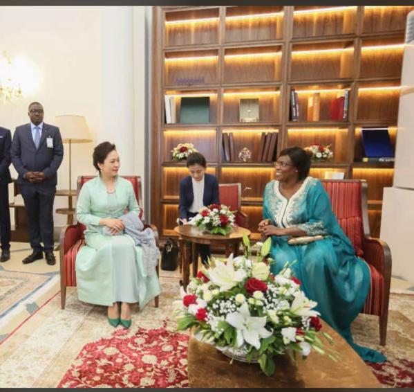 Photos : Marième Faye Sall jouant la Kora devant la Première dame de Chine, la photo qui fait le buzz