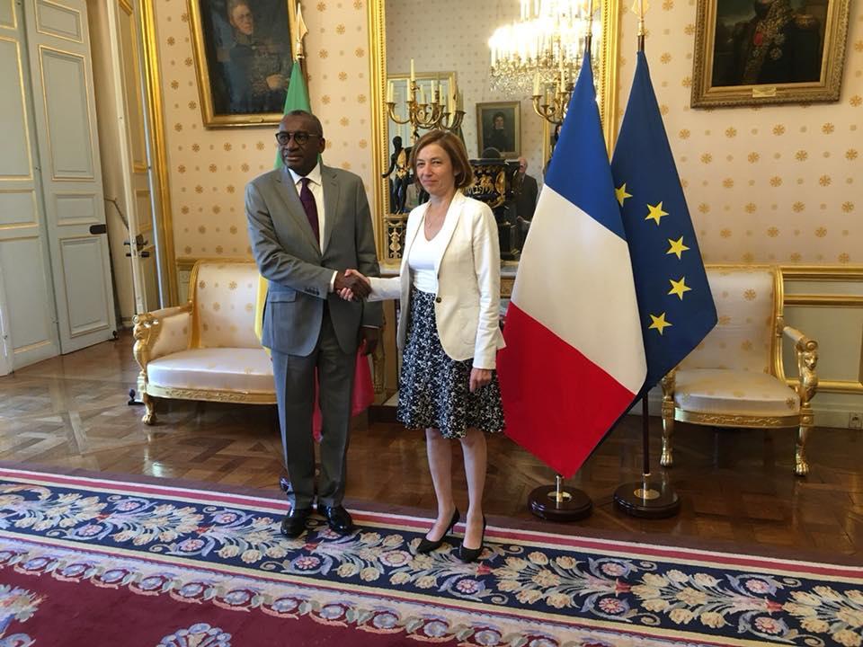Fake news :  Annoncé gravement malade, Sidiki Kaba signe un accord avec la ministre française des Armées, Mme Florence Parly