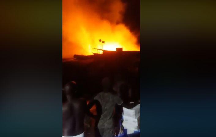 Incendie au marché Petersen:  la pluie s'invite en sapeur pompier