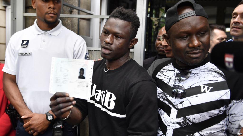 Mamoudou Gassama a obtenu la nationalité française, selon le décret de naturalisation paru au Journal officiel mercredi.