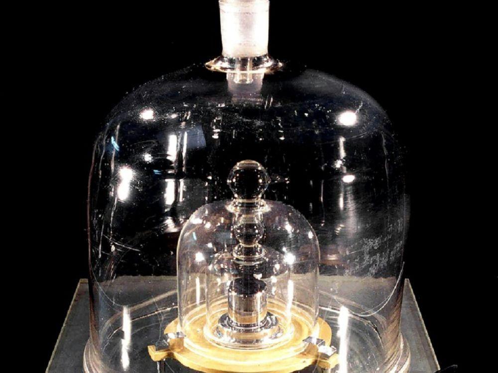 Un prototype du kilogramme conservé au Bureau International des Poids et Mesures Photo prise par: BIPM