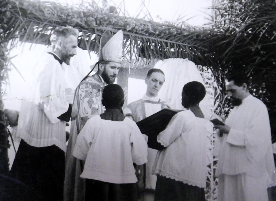 Carte postale: Remplacé par le cardinal Thiandoum à Dakar, Mgr Lefebvre finit excommunié par le Vatican !