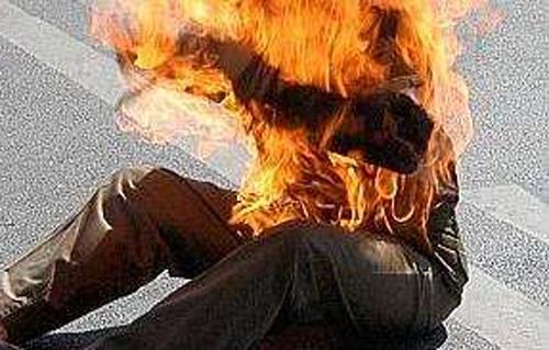 Urgent- Devant les grilles du Palais de la présidence de la République: Un homme s'asperge de l'essence et s'immole par le feu