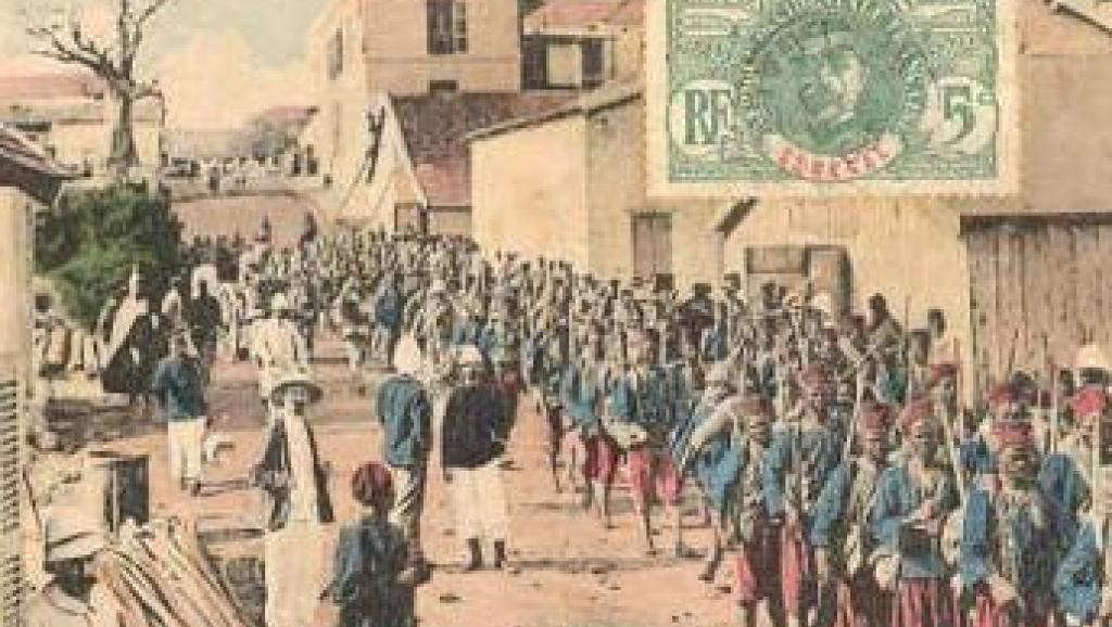 Carte postale ancienne montrant un défilé de tirailleurs à Dakar. Archives du Sénégal