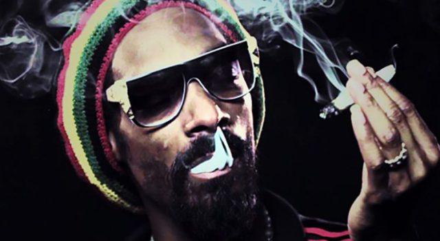 Snoop Dogg fume un joint devant la Maison-Blanche